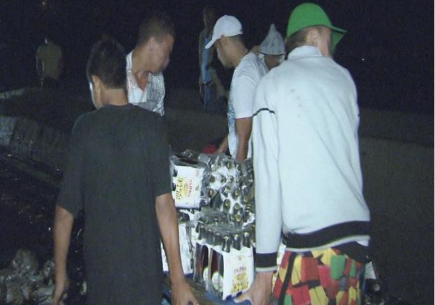Moradores próximo ao local do acidente roubaram a carga de cerveja (Foto: Reprodução/TV Tribuna)