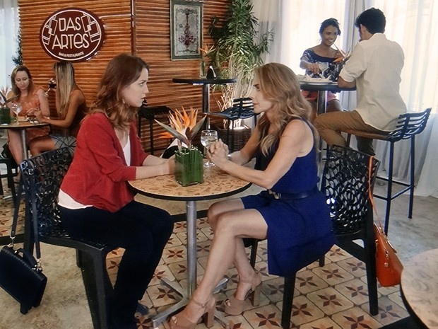 A jornalista sai para conversar com a ex-miss (Foto: TV Globo)