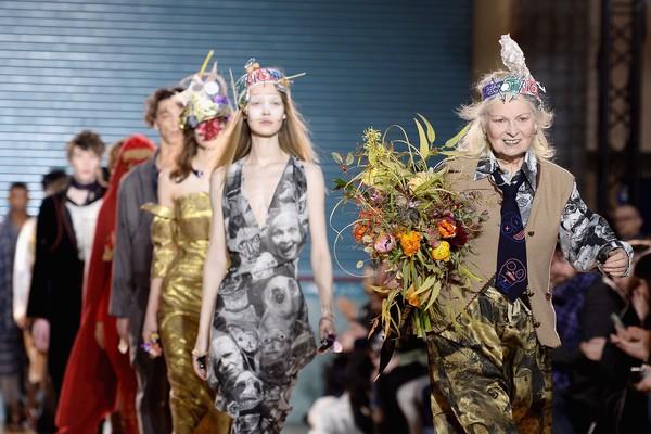 A estilista Vivienne Westwood durante um de seus desfiles (Foto: Getty Images)