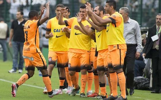 Novo terceiro uniforme do Corinthians, laranja, na partida contra o Figueirense (Foto: Daniel Augusto Jr / Agência Corinthians)