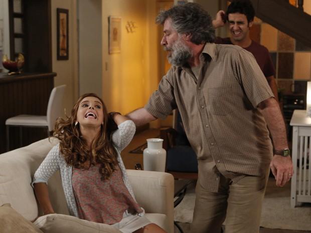 Manuel dá uma dura na filh (Foto: Felipe Monteiro/ Gshow)