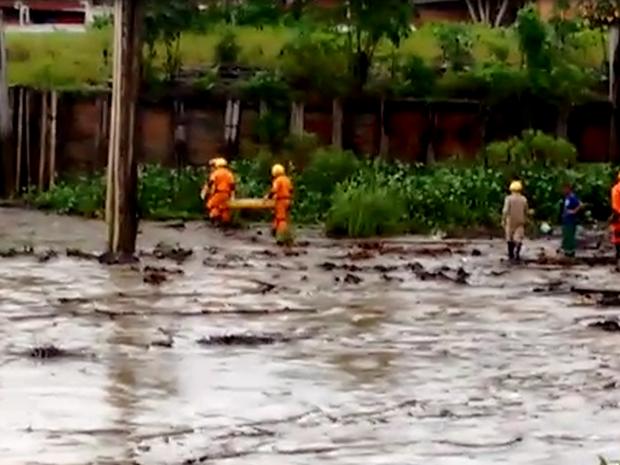 Bombeiros estão no local para fazer a remoção do corpo das vítimas. (Foto: Divulgação/Corpo de Bombeiros)