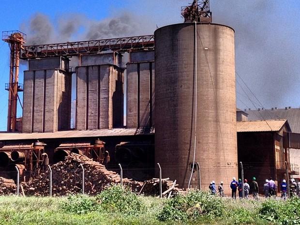 Incêndio atinge prédio em Rio Grande (Foto: Nathalia King/RBS TV)