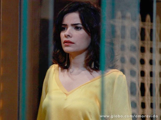 Aline não acredita que não vai ter o papel em suas mãos (Foto: Ellen Soares/TV Globo)