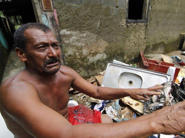Pedreiro perdeu tudo após enchente em Cubatão, SP. (Foto: Carlos Nogueira / Jornal A Tribuna)