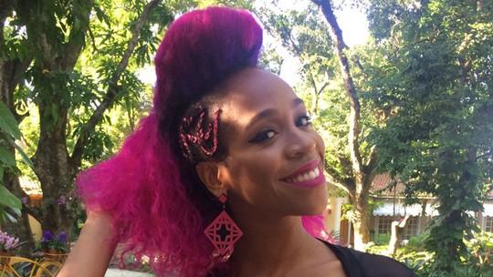 Karol Conka garante que vai manter a cor rosa no cabelo: 'Não consigo sair dela'