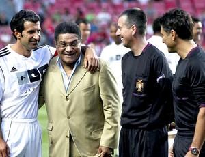 Figo e Eusébio no amistoso do Benfica contra os amigos do Figo (Foto: EFE)