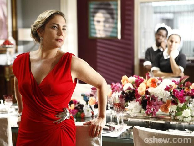 Mesmo rodeada de luxo, Analu se diz sozinha (Foto: Inácio Moraes/TV Globo)