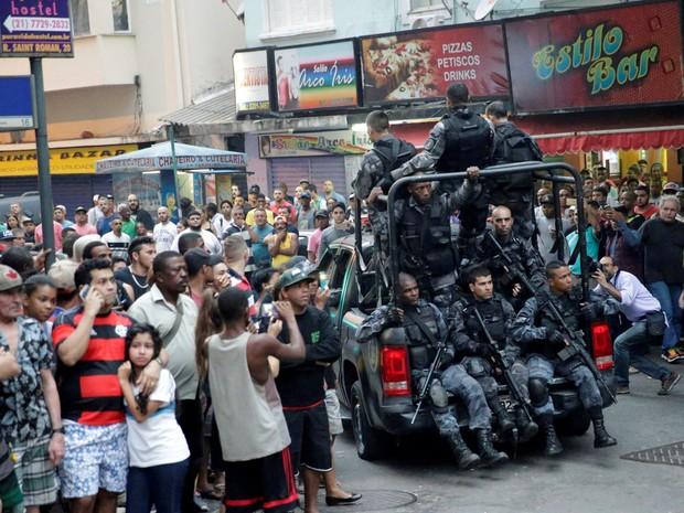 Movimentação na entrada da comunidade Pavão-Pavãozinho em Copacabana, no Rio de Janeiro, após troca de tiros  (Foto: Ricardo Moraes/Reuters)