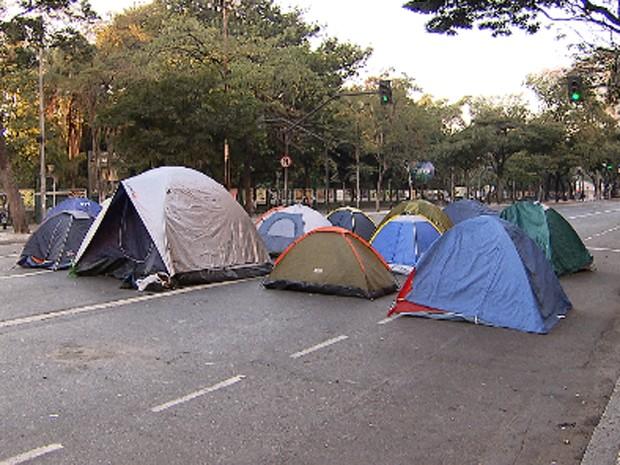 Barracas estão no meio da Avenida Afonso Pena, em Belo Horizonte (Foto: Reprodução/TV Globo)