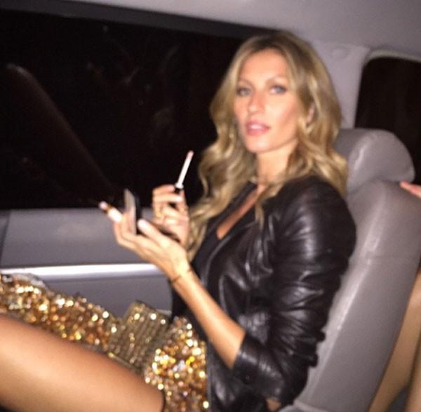 Gisele também retoca a maquiagem no carro (Foto: Reprodução/Instagram)