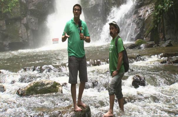 Marcos Paiva visita a famosa cachoeira do Chá, uma das belezas naturais de Tapiraí (Foto: Reprodução/TV TEM)