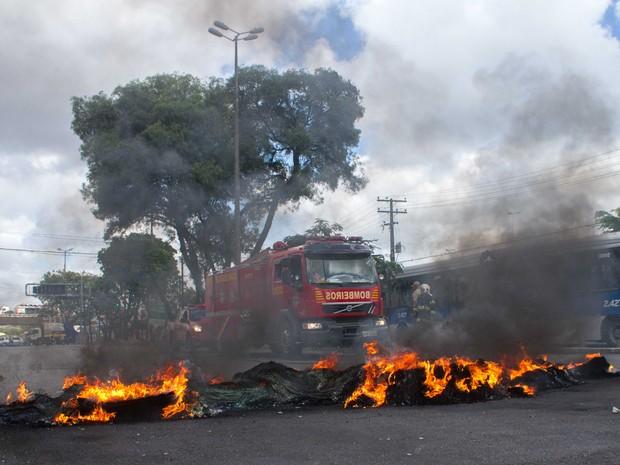 Protesto na Av. Caxangá (Foto: Aldo Carneiro/Pernambuco Press)