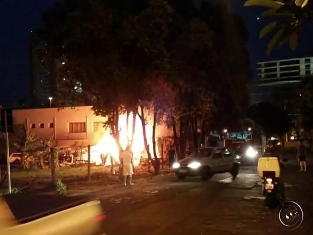 Barraco estava vazio quando o fogo começou (Foto: Reprodução / TV TEM)