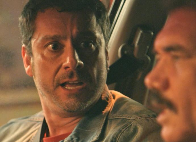 Romero ouve de Tio que Kiki está morta e se desespera (Foto: TV Globo)