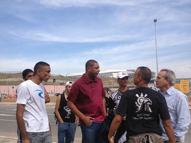 Integrantes da Gaviões da Fiel monitoram movimento perto da Arena Corinthians. (Foto: Amanda Previdelli/G1)