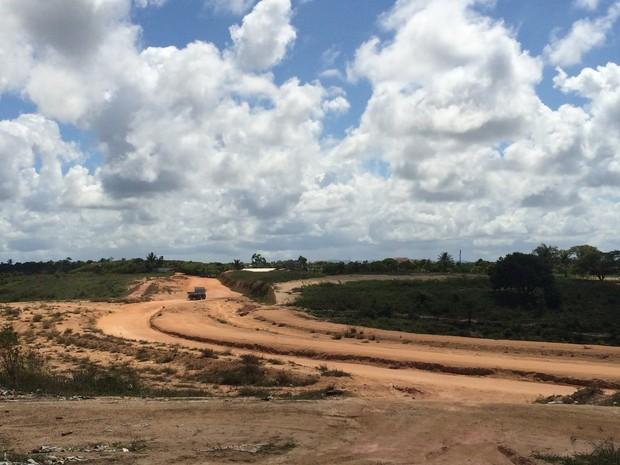 Via ainda não tem nenhum trecho asfaltado (Foto: Carolina Sanches/G1)