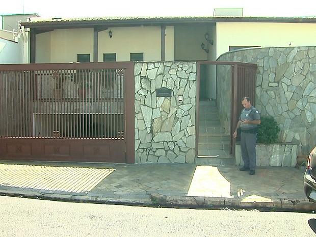Crime ocorreu dentro da casa da família no bairro Ribeirânia (Foto: Reprodução/EPTV)