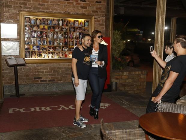 Ivete Sangalo com fã em churrascaria na Zona Oeste do Rio (Foto: Delson Silva/ Ag. News)
