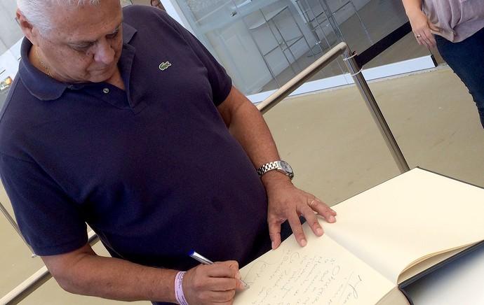 Roberto Dinamite assina livro de Ouro do Maracanã (Foto: Edgard Maciel de Sá)