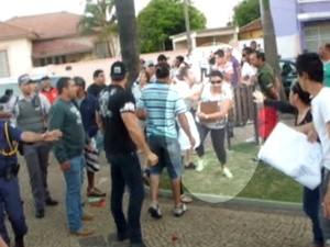 Imagens mostram filho de prefeito empurrando dona de casa (Foto: Reprodução/EPTV)