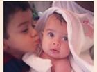 Debby Lagranha paparica a filha após banho: 'Pacotinho'
