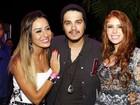 Ex-BBBs Amanda e Leticia posam com Luan Santana em show
