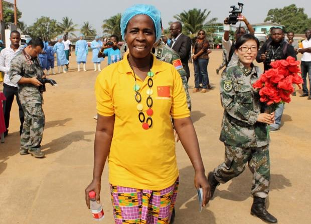 Beatrice Yordoldo, última paciente com ebola a ser atendida na Libéria, tem alta da unidade de tratamento de ebola em Paynesville, subúrbio de Monróvia, capital do país  (Foto: Zoom Dosso/AFP)