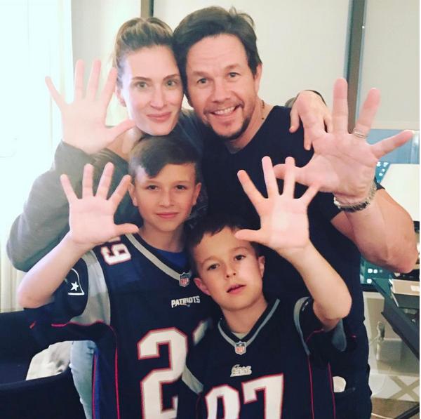 O ator Mark Wahlberg com a família no estádio antes do início do Super Bowl (Foto: Instagram)