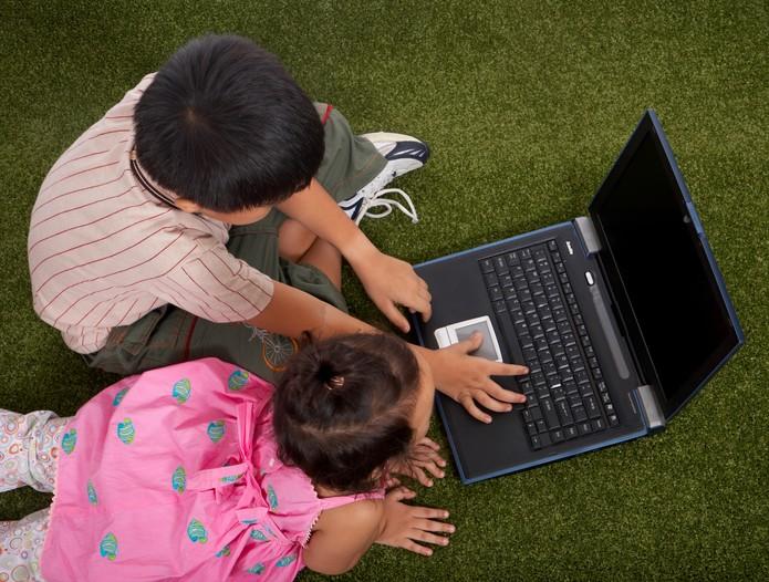 Crianças usando laptop para matéria (Foto: Pond5)