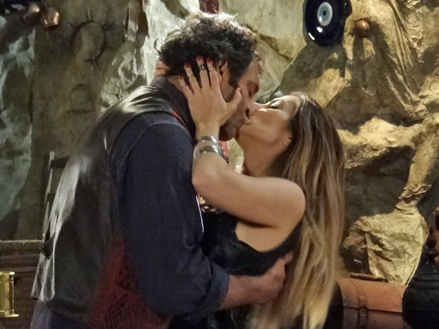 Zyah aparece na caverna e beija Bianca (Foto: Salve Jorge/ TV Globo)