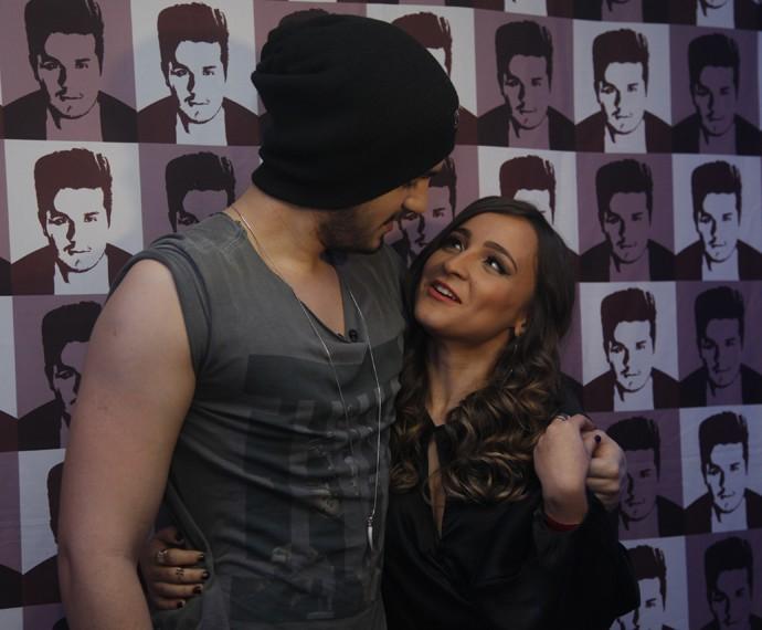 Luan Santana brinca com Bárbara Dias nos bastidores de show (Foto: Artur Meninea / Gshow)