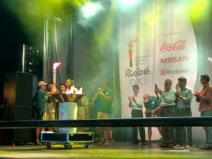 Medalhista olímpica Adenísia Silva acendeu a pira em Valadares (Foto: Zana Ferreira/ GE)