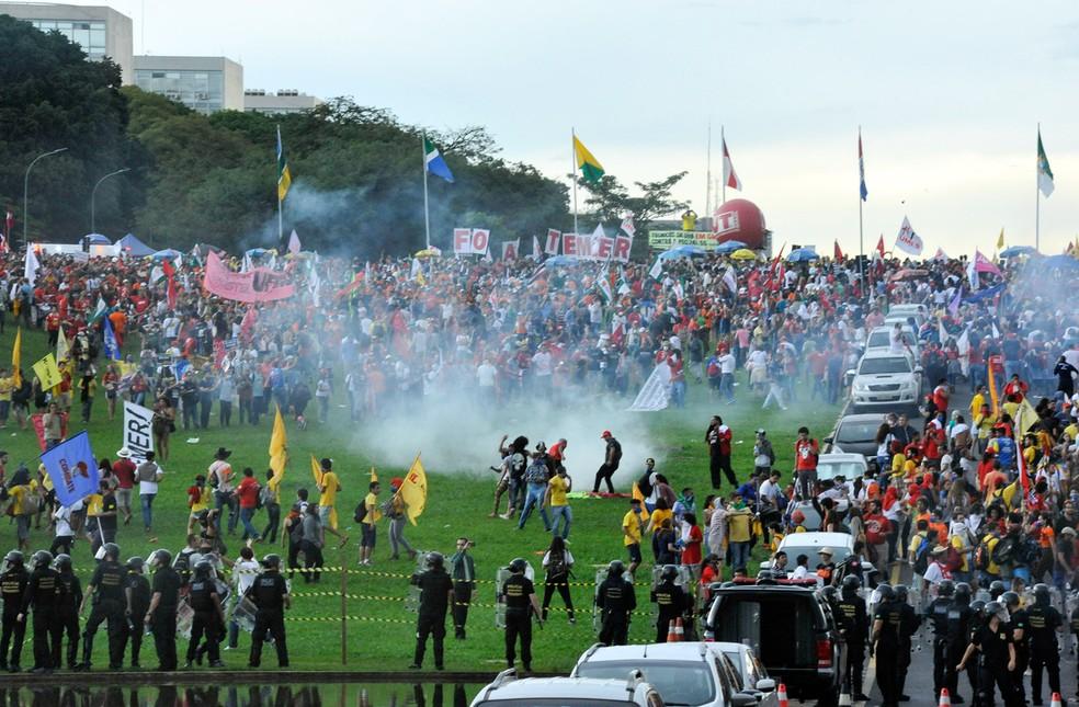 Polícia dispara bombas de gás em estudantes que protestam contra a contra a PEC 55, que limita os gastos públicos para os próximos 20 anos, em frente ao Congresso Nacional em Brasília (Foto: Luis Macedo/Câmara dos Deputados)