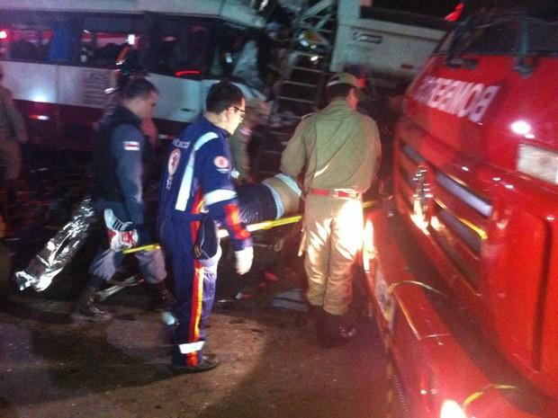 Bombeiros contabilizaram oito vítimas fatais até às 21h30 (Foto: Rodrigo Sampaio)