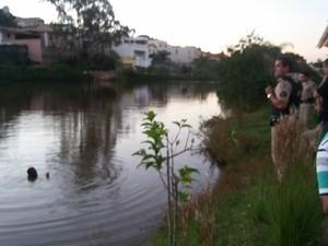 Homem preso em lago de Oliveira (Foto: Marcelo Praxedes/Divulgação)