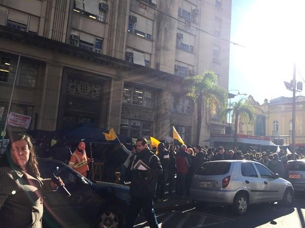 Servidores fazem manifestação por ruas de Porto Alegre (Foto: Eduardo Moura/GloboEsporte.com)