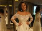 Roberta Almeida experimenta vestido de noiva para desfile