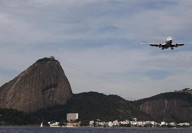 Avião se prepara para aterrissar no aeroporto Santos Dumont no Rio de Janeiro (Foto: Sergio Moraes/Reuters)
