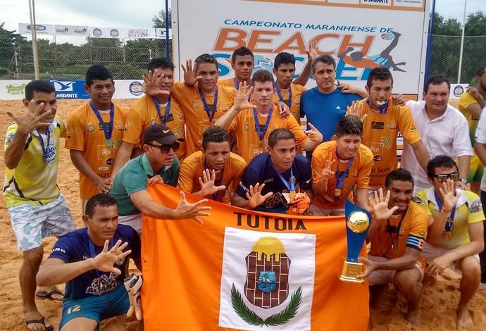 Jogadores de Tutóia mostram com mão os petacampeonato conquistado no Maranhense (Foto: Afonso Diniz/GloboEsporte.com)