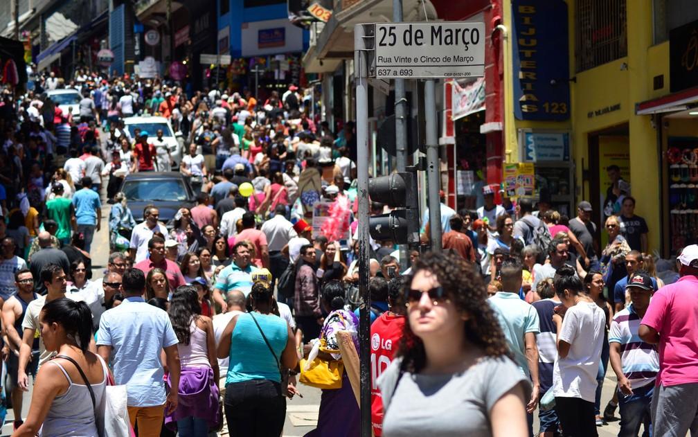 Movimentação de consumidores na região da 25 de Março, região de comércio popular no centro da capital paulista, neste sábado (17) (Foto: Cris Faga/Fox Press Photo/Estadão Conteúdo)
