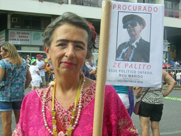Rita Aventurim, de 58 anos, se fantasiou de Frida Kahlo no Pacotão, bloco tradicional de Brasília (Foto: Jéssica Nascimento/G1)