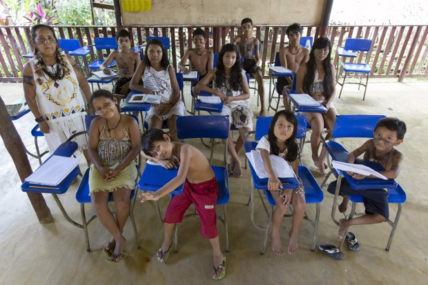 BRASIL: Alunos da escola indígena Satere Mawe, em Manacapuru (AM), posam para foto em 10 de julho (Foto: Reuters/Bruno Kelly)