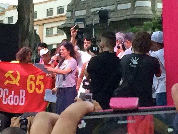 Atriz Letícia Sabatella lê poemas em cima do palco (Foto: Alessa)