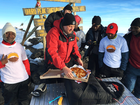 Pizza é entregue em altitude recorde no topo do Monte Kilimanjaro