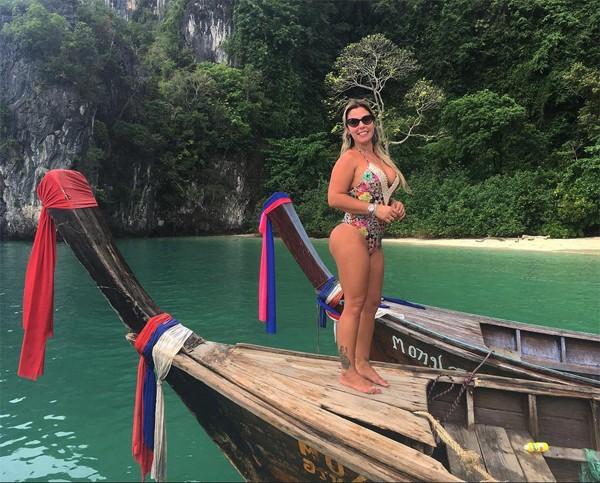 Mari Ag, da polícia rodoviária federal, posa para foto com maiô em barco (Foto: Reprodução / Instagram)