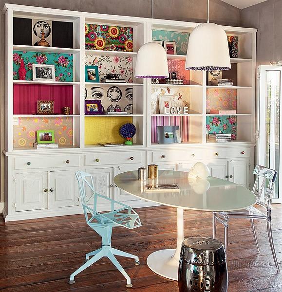 Sobraram retalhos de papel de parede? Eles também podem ser usados na decoração. A arquiteta Andrea Murao os colocou nos nichos da estante antiga, pintada de branco. Você também pode garimpar as sobras em lojas especializadas (Foto: Cacá Bratke/Casa e Jardim)