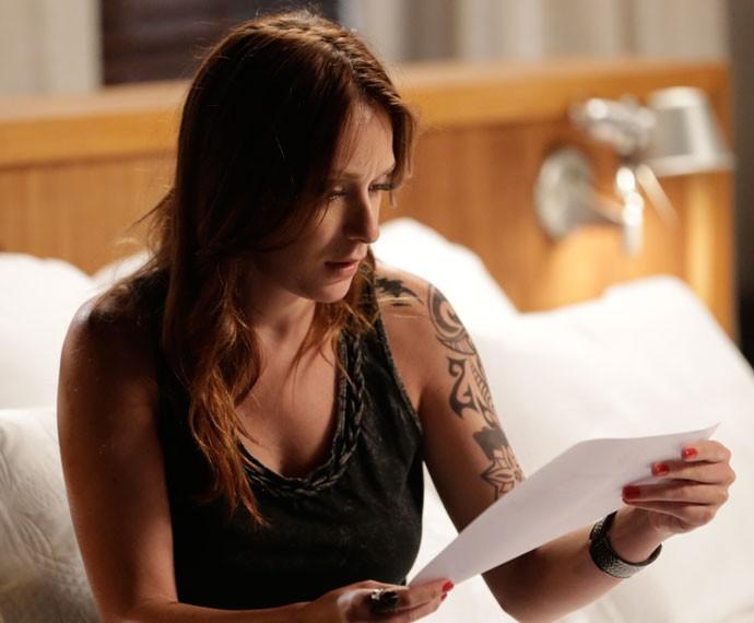 Ximena encontra documentos de Dom Peppino na suíte de Gabo (Foto: Felipe Monteiro/Gshow)