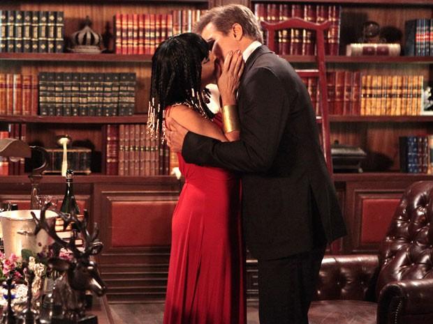 Roberta e Felipe se beijam! Quem diria?! (Foto: Guerra dos Sexos / TV Globo)
