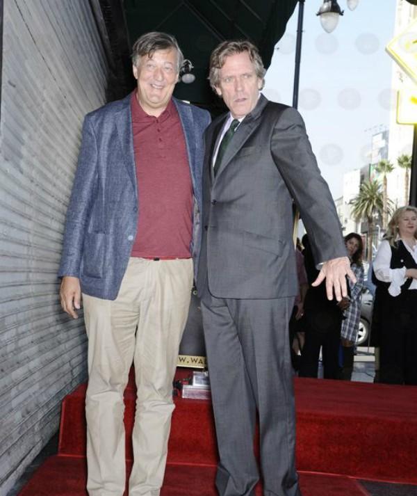O ator Hugh Laurie recebe sua estrela na Calçada da Fama ao lado do amigo e ator Stephen Fry (Foto: Facebook)